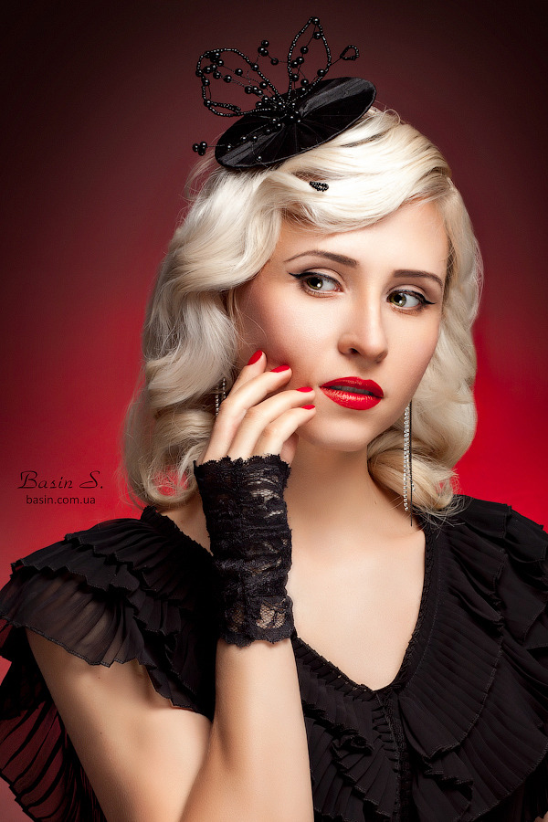 Blond wearing little black hat | little black hat, blod, red lipstick, black dress
