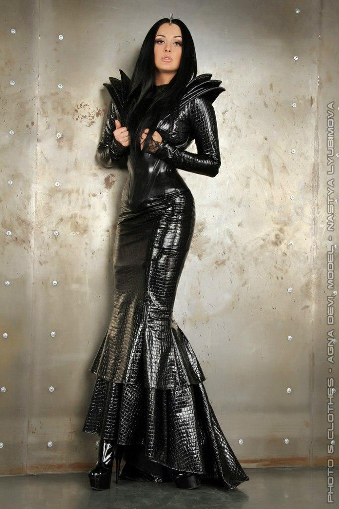 фото девушки в кожаной одежде