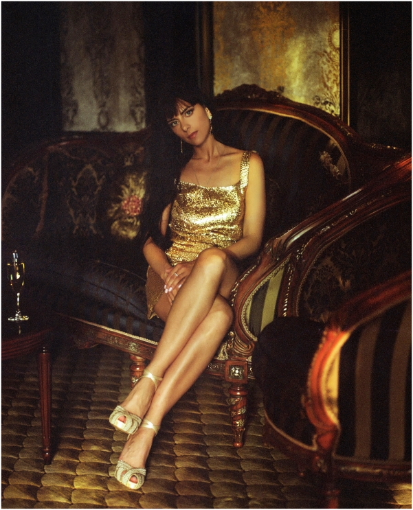 Sitting on a couch | golden dress, oldschool couch, room, photo shoot