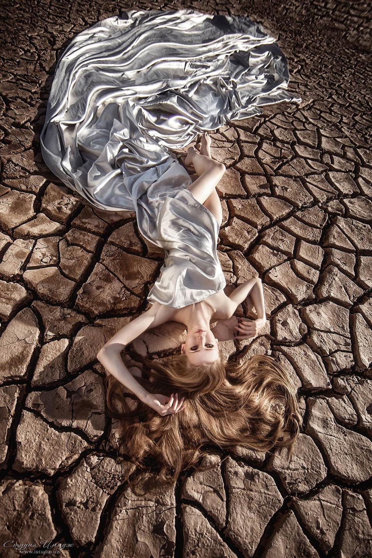 Streaming dress | wnviromental portrait, desert, streaming dress