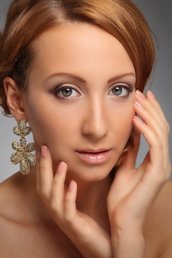 Girl with perfect skin and too much of retouch | retouch, photoshop, golden earrings, perfect skin
